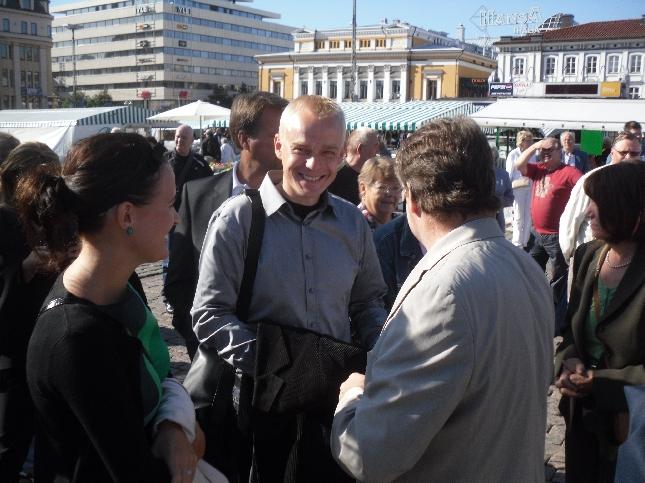 Kokoomuksen eduskuntaryhmä kokoontui tänään perinteiseen joka kesäiseen Kesäkokoukseen. Tänävuonna paikkana Turku ja aamusta ensin suuri toritapahtuma, sitten mm. Hei me puhutaan Ulkopolitiikkaa -tilaisuus ja lukuisia yritysvierailuja ja tilaisuuksia ympäri Varsinais-Suomen. Varsinaisessa kokouksessa tänään kävimme läpi talouden nykytilannetta ja budjettiriihen painotuksia mm. kuntatalouden ja myös ravintolaruuan alv:n osalta ja sitten eri hallinnonalat ministerien johdolla läpi. Huomenna jatkuu sama työ.