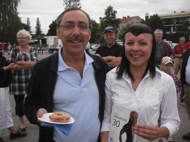 Reija Maunula on yksi syksyn kunnallisvaaliehdokkaita Karkkilassa. Ben ahkeroi Reijan kanssa ympäri Karkkilan toria. Itse olen myös Reijaa tukemassa ja itse uskon, että Reija on yksi vaalien läpimenijöistä.