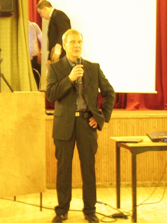Urheilun yleisseuran Lopen Laakan pitkäaikaisin puheenjohtaja Jouni Vilenius toivotti tänään väen tulleeksi Lopen Laakan salibandyn 15-vuotisjuhlaan. Seuran toiminta alkoi jo 30-luvulla pesäpallosta ja lajikirjoon on kuulunut niin salibandya, yleisurheilua, voimistelua ja periaatteessa lähes kaikkia mahdollisia lajeja.