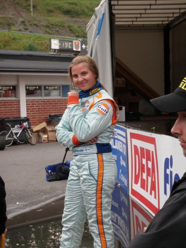 Jenni Krohn ajoi jälleen tänän upeasti kotiradallaan. Tiukkaa taistelua sekunnin sisällä kärkiviisikossa läpi kummankin startin. Hienoa.