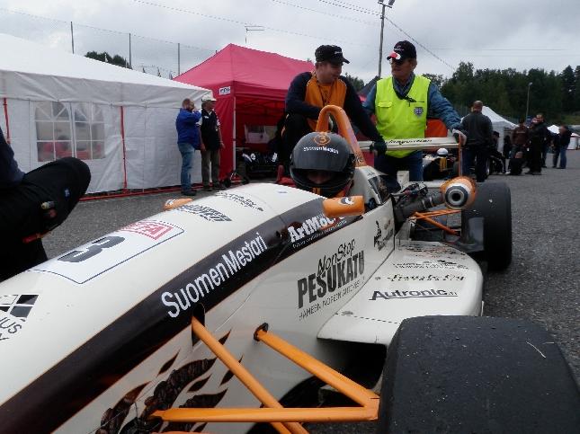 Hämeenlinnalainen Kimmo Joutvuo varmisti jo eilen uransa ensimmäisen F3-luokan Suomenmestaruuden. Tänään Kimmo saisikin sitten ajella kotiradallaan ilman paineita.