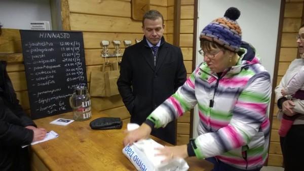 Tilan emäntä Anne Seppälä pakkasi Aamupostiin ( oli muuten siinäkin lehdessä Petteri Orposta juttua) tilapuodista Turkuun vietäväksi kulmapaistin.