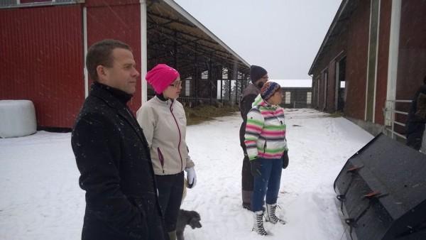 Seppälän väki esittelemässä upeaa tilaansa ministerille Ari ja Anne Seppälän ja Tiina Seppälän johdolla.