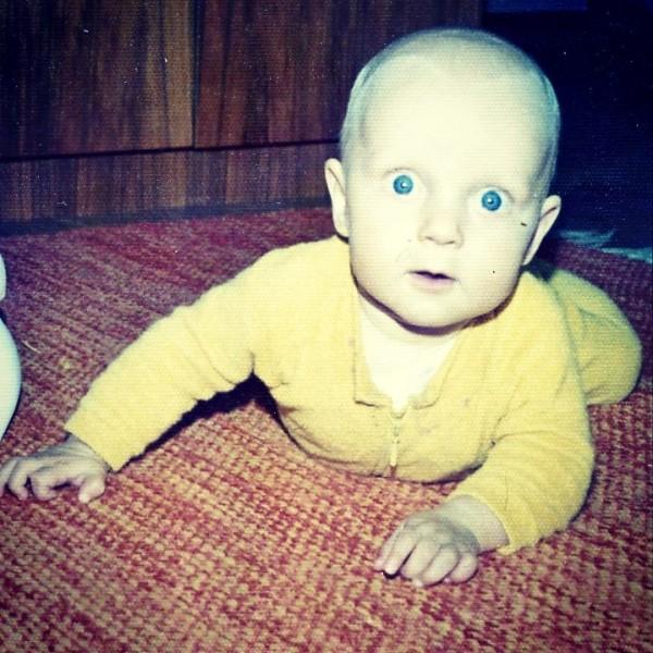 Syksy 1975. Ike valittiin eduskuntaan ja mä harjoittelin ryömimään. Ben kysyikin, että kumpiko on näinä 40 vuotena kehittynyt enemmän. Hymiö smile Ja nyt sitten vierekkäin ulkoasiainvaliokunnassa. Onneksi vuodet ovat täynnä elämää eikä elämä vuosia.