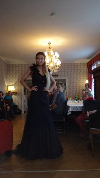 Pari kuvaan toisesta päivän muotinäytöksestä. Elina Tervo ja Isabel Ljungdel tässä malleina.