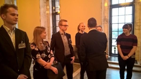 Tänään vieraanani eduskunnassa kävi hieno porukka nuoria Hämeenlinnasta ja Janakkalasta. Tämä porukka syntyi Pizzaa ja Politiikkaa illan pohjalta ja nyt mukana jälleen uusia nuoria. Nyt he suuntaavat kokoomusnuorten toimistolle ja tapaavat siellä nuortenliiton aktiiveja. Upea porukka ja tulee näkymään ja kuulumaan.