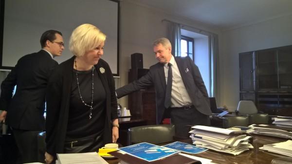 Puolustusvaliokunnan viimeinen kokous ja paikalla myös puolustusministeri Carl Haglund.