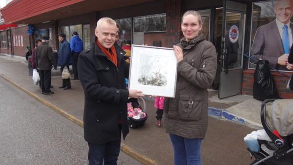 Riikka Kaarlas oli kotisivujeni 500 000. kävijä 15.2.2015. Eilen Lankalauantaina hän sai palkinnoksi Netta Tiitisen grafiikan Vapaus.