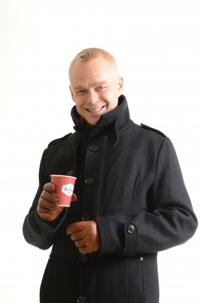 Kansanedustaja Timo Heinonen seuraa tänään kahvimukinsa kanssa Kaakkomäellä kun suuria kasvihuonekupuja kootaan etelärinteelle suomalaista kahvipapujen kasvatusta varten.
