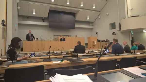 Ympäristöministeri Kimmo Tiilikainen lupasi ensimmäiset esitykset rakentamisen ja kaavoittamisen helpottamiseksi eduskuntaan jo tulevana syksynä. Hallitus on tarttunut Asuntoryhmämme esityksiin siis ensiarvoisella tavalla... Normeja puretaan paljon ja se tulee näkymään rakentamisen hinnassa ja asumisenkin hinnassa - alentavasti.
