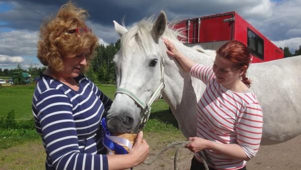 Voittajat Cosette alias Klaara ja Paula Pötry yhdessä Minna Variksen kanssa kilpailumme palkintojenjaossa. Timon Törpöstä kaura maistui Klaaralle, kunhan vain turpa olisi tuoppiin mahtunut :)