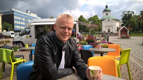 Hämeenlinnan tori ja kesäpäivän kahvit.