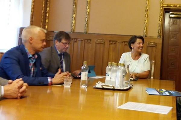 Aamun palaverin tunnelmaa ministeri Anne Bernerin kanssa Liikenneministeriössä.