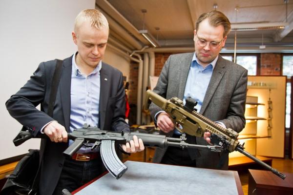 Tässä nykyisen puolustusministeri Jussi Niinistön kanssa vierailemassa Sakolla joku vuosi sitten. Niinistöllä on kädessään Beretta ARX-160 ja minulla Sakon valmistama, puolustusvoimilla nykyisin käytössä oleva RK62.  Kuva Puolustusvoimat.