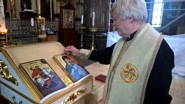 Saamme ikonit nyt seinälle. Isä Ambrosius siunasi ikonit mirhalla. Nyt ikonit muistuttavat myös lastemme isomummista ja minunkin isoisoisästä.