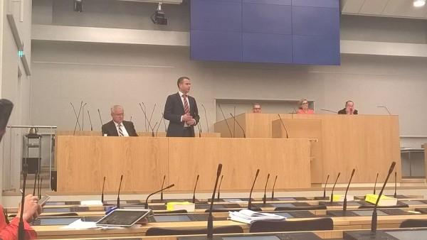 Sisäministeri Petteri Orpo esitteli tänään eduskunnassa nopeasti pahentuneen pakolaistilanteen vaikutuksia mm. maan sisäiseen turvallisuuteen.
