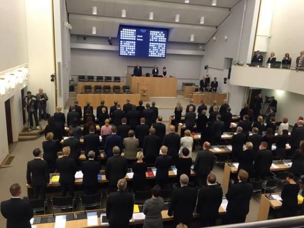 Suomen eduskunta piti hiljaisen hetken Pariisin uhrien muiston kunnioittamiseksi.