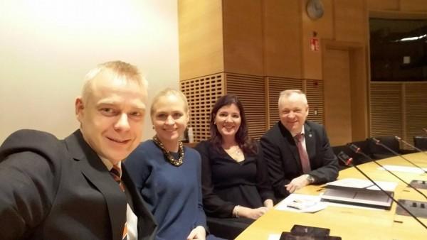 Kokoomuksen valtiovarainvaliokuntaryhmä tämän vuoden viimeisessä kokouksessa.