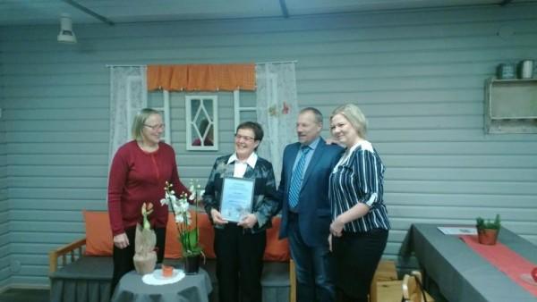 Vuoden 2015 Lopen Uupunut Riitta Nylund kunniataulun kanssa ja onnittelijoina vasemmalta Eeva Sahari, Vilho Ylönen ja Laura Liski. Onnittelut Riitalle! Kuva: Jarmo Laukkanen
