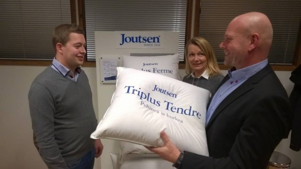 Ministeri Lenita Toivakan kanssa tutustumassa suomalaiseen työhön luottavaan Joutsen Finlandin tehtaaseen Riihimäellä kevättalvella 2015.