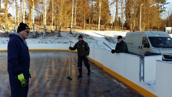 Hienoa talkootyötä jälleen Joentakana. Anssi Ahola ja Ari Rantala jäädyttävät luistelujäätä kuntoon. Neuvoja antamassa myös Lopen Seppä.