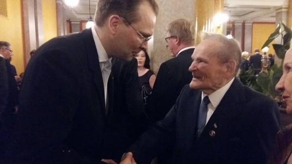 Upea perinteinen uuden vuoden vastaanotto puolustusministeri Jussi Niinistö llä ja veteraanit totta kai mukana. Tässä Talvi- ja jatkosodan veteraani ja sotainvalidi ministerin kanssa juttusilla. Pirteä 97-vuotias kunniakansalainen. Arvostan ja kiitän. Ja myös kiitinkin.