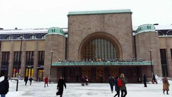 Kotia kohden. Mennen tullen taas junat myöhässä. En tiedä sitten onko tämä jotenkin poikkeuksellinen talvisää?