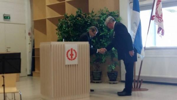 Yhdistyksen puheenjohtaja Pekka Sahari vastaanotto onnittelut Sotainvalidien Veljesliiton puheenjohtajalta Juhani Saarelta joka piti myös juhlapuheen.