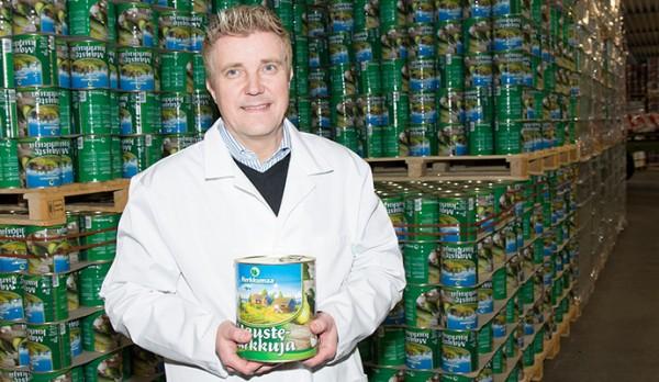 Valokuvassa Herkkumaa Oy:n toimitusjohtaja Atte Rekola tehtaan tuotteiden äärellä. Kuva: Jouni Lehtonen
