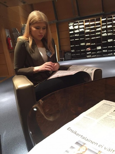 Lilli Lindblom lukemassa Hufvudstadsbladet:ia lehtisalissa.