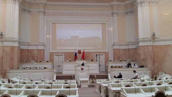 ZAKS:n istuntosali mikä aikanaan oli talvipuutarha