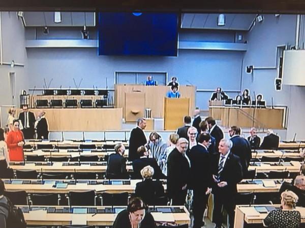 Nyt juhannuksen viettoon. Arto Satonen valittiin uudeksi eduskunnan puhemiehistöön ja viimeiset äänestykset. Onnea Arto! Katsotaan palataanko eduskuntaan jo ensi viikolla jos britit äänestävät euroerosta tänään. Toivotaan että pysyvät mukana.
