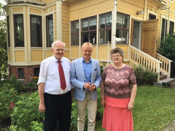 Tänään ihastuttavat syntymäpäivät vielä Janakkalassa. Tärkeät tukijani ja hyvät ystäväni Riitta ja Martti Lindell juhlivat 140-vuotispäiviään kauniissa kodissaan. Onnea vielä Riitta ja Martti!